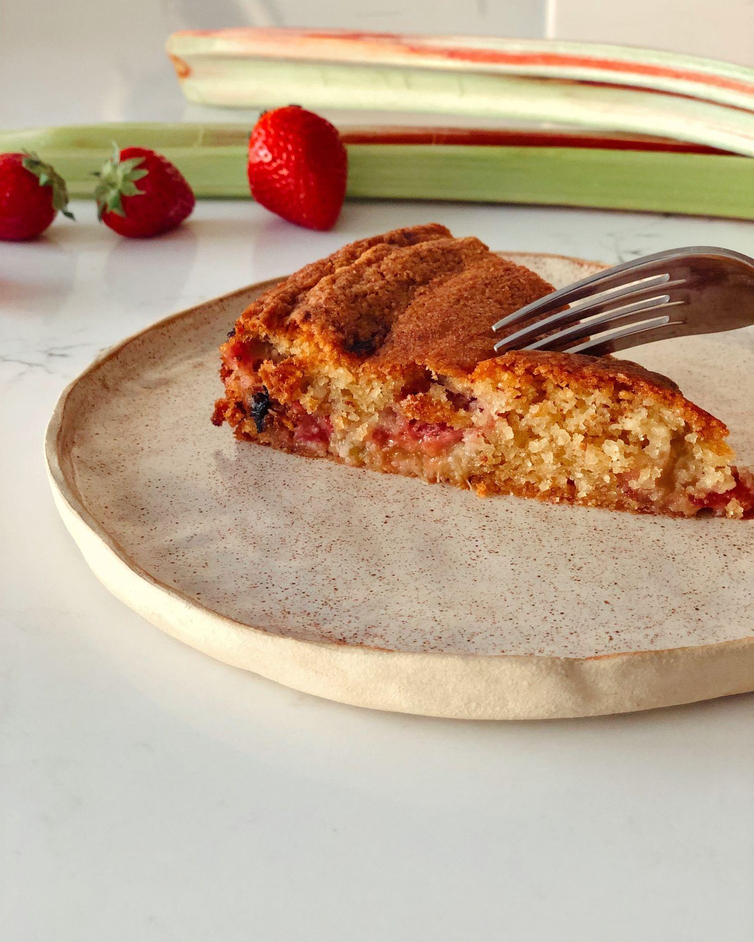 Gâteau moelleux aux fraises et à la rhubarbe